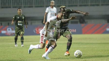 Pergerakan Brwa Nouri (kiri) dijaga ketat oleh pemain Tira-Persikabo, Kamis (15/08/2019).