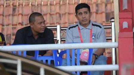 Hanafing (abu-abu) saat menyaksikan laga Persibat vs PSPS di tribun Stadion M Sarengat, Batang. - INDOSPORT
