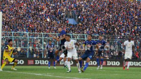 Irfan Jaya berusaha mencetak gol lewat sundulannya dalam laga Arema FC vs Persebaya Surabaya, Kamis (15/08/19). - INDOSPORT