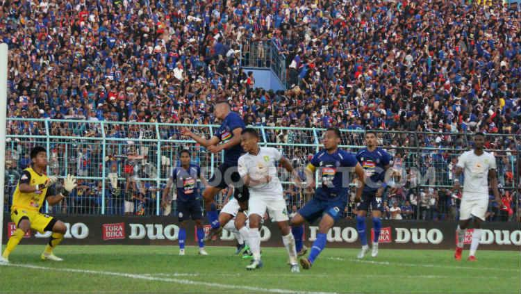 Irfan Jaya berusaha mencetak gol lewat sundulannya dalam laga Arema FC vs Persebaya Surabaya, Kamis (15/08/19). Copyright: Fitra Herdian Ariestianto/INDOSPORT