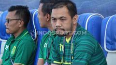 Indosport - Manajer Persebaya, Candra Wahyudi saat mendampingi tim lawan Arema FC, Kamis (16/8/19).