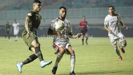 Brwa Nouri (kanan) berebut penguasaan bola dengan pemain Tira-Persikabo, Kamis (15/08/2019).
