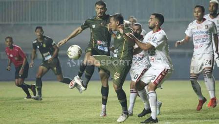 Pemain Bali United dan Tira-Persikabo saling berebut penguasaan bola, Kamis (15/08/2019).