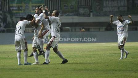 Para pemain Bali United merayakan gol kedua Stefano Lilipaly yang sekaligus memastikan kemenangan Serdadu Tridatu atas Tira-Persikabo, Kamis (15/07/2019).