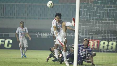 Michael Orah melakukan sapuan untuk mengamankan gawang Bali United, Kamis (15/08/2019).