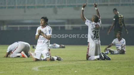 Para pemain Bali United memanjatkan syukur setelah sukses memberikan kekalahan perdana untuk Tira-Persikabo, Kamis (15/08/2019). - INDOSPORT