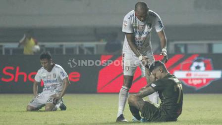 Leonard Tupamahu (kaus putih) tampak memberikan simpati kepada pemain Tira-Persikabo, Ciro Alves, Kamis (15/08/2019).