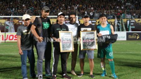PSS Sleman, yang diwakili pelatih Seto Nurdiyantoro, menerima bonus dari Brigata Curva Sud (BCS). (Foto: Ronald Seger/INDOSPORT) - INDOSPORT
