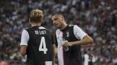 Indosport - Matthijs de Ligt dan Merih Demiral saat bermain untuk Juventus di pra musim jelang musim 2019/20