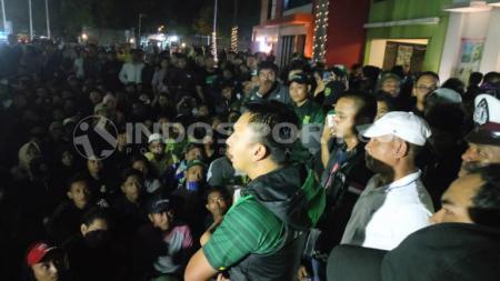 Presiden Persebaya, Azrul Ananda menemui Bonek yang kecewa timnya kalah telak lawan Arema FC, Kamis (15/8/19). - INDOSPORT