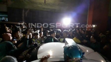 Presiden klub Persebaya Azrul Ananda menemui Bonek dengan menggunakan mobil Polisi, Kamis (15/8/19). - INDOSPORT