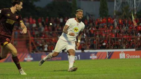 Aksi penyerang Barito Putera, Rafael Silva, saat melawan PSM Makassar. - INDOSPORT