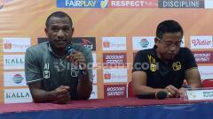 Indosport - Andri Ibo (kiri) dan Yunan Helmi (kanan) saat konferensi pers pasca laga PSM Makassar vs Barito Putera.