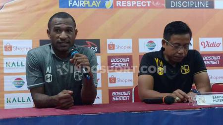 Andri Ibo (kiri) dan Yunan Helmi (kanan) saat konferensi pers pasca laga PSM Makassar vs Barito Putera. - INDOSPORT