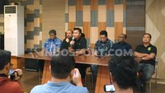 Indosport - Presiden Persebaya Azrul Ananda memberikan keterangannya setelah aksi protes Bonek, Jumat (16/8/19).