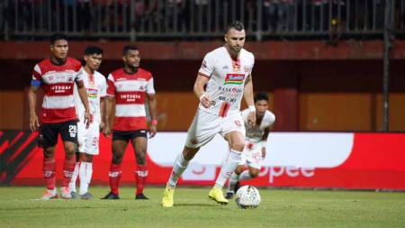 Pemain Persija, Marko Simic saat mengeksekusi tendangan penalti pada pertandingan antara Madura United vs Persija Jakarta, Jumat (16/08/19). - INDOSPORT