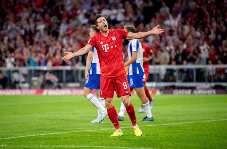 Selebrasi Robert Lewandowski usai cetak gol bagi Bayern Munchen ke gawang Hertha Berlin. Copyright: Twitter @FCBayern
