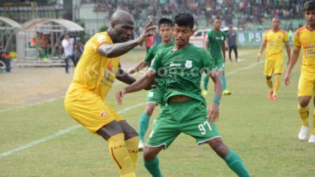 Bruno Casimir (kiri baju kuning) saat masih bermain untuk Sriwijaya FC kala bersua PSMS Medan di Stadion Teladan, Medan, beberapa waktu lalu. (Foto: Aldi Aulia Anwar/INDOSPORT) - INDOSPORT