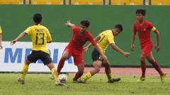 Indosport - Laga pertandingan Timnas Indonesia U-18 vs Malaysia U-18 di Piala AFF U-18.