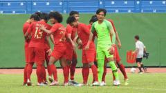 Indosport - Skuat Timnas Indonesia U-18 saat menghadapi Malaysia U-18 di Piala AFF U-18.