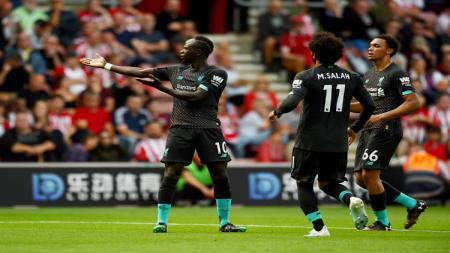 Dua penyerang Liverpool, Sadio Mane dan Mohamed Salah, terlibat perseteruan usai laga kontra Burnley beberapa waktu lalu. - INDOSPORT