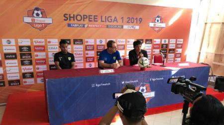 Persib Bandung diwakili pelatih Robert Alberts dan pemain Ardy Idrus di prematch PSM Makassar vs Persib Bandung - INDOSPORT