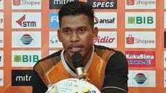 Indosport - Kiper utama Persipura Jayapura, Dede Sulaiman saat Konferensi Pers. Foto: Media Officer Persipura