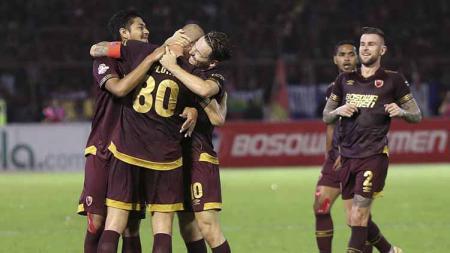 Selebrasi pemain PSM Makassar usai mencetak gol ke gawang Persib Bandung, Sabtu (18/08/19). Foto: Instagram@ary_photo/Instagram - INDOSPORT