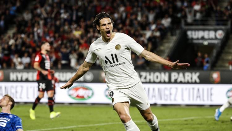 Edinson Cavani melakukan selebrasi usai mencetak gol pertama dalam pertandingan Ligue 1 2019/20 antara Rennes vs PSG. Copyright: Media PSG
