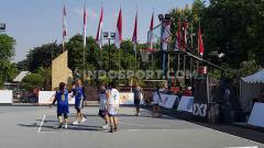 Indosport - Situasi pertandingan basket di komplek gedung Kemenpora.