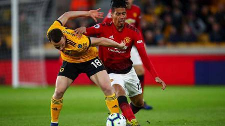 Masih sayang, Manchester United tolak tawaran pembelian Chris Smalling dari AS Roma. - INDOSPORT