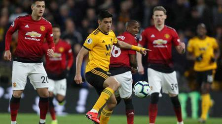 Raul Jimenez pemain Wolverhampton Wanderers berhasil merebut bola dari Ashley Young pada laga di Molineux (02/04/19). Robbie Jay Barratt - AMA/Getty Images - INDOSPORT