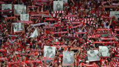 Indosport - Pendukung Union Berlin membawa spanduk orang meninggal saat debut di Bundesliga Jerman melawan Rb Leipzig, Minggu (18/08/19)