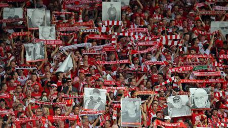 Pendukung Union Berlin membawa spanduk orang meninggal saat debut di Bundesliga Jerman melawan Rb Leipzig, Minggu (18/08/19) - INDOSPORT