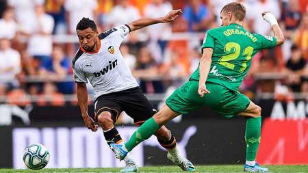 Francis Coquelin berhasil mengecoh Martin Odegaard pada laga di Estadio Mestalla (17/08/19). Quality Sport Images/Getty Images - INDOSPORT