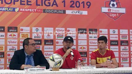 Pelatih Kalteng Putra, Gomes de Oliveira dan pemain Kalteng Putra Kevin Gomes. - INDOSPORT