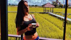 Indosport - Annie Prisana, presenter sekaligus rider cantik asal Thailand.