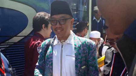 Menpora Imam Nahrawi saat di asrama haji Surabaya, pulang menunaikan ibadah haji. - INDOSPORT