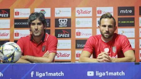 Stefano Cugurra Teco (kiri) bersama Ilija Spasojevic (kanan) dalam jumpa pers, jelang partai melawan Madura United. - INDOSPORT
