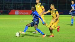 Indosport - Gelandang andalan Arema FC, Konate Makan sampai dibayangi dua pemain Barito Putera, Senin (19/08/2019) pada pertandingan lanjutan Liga 1 2019.