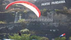 Indosport - Salah satu atlet Paralayang Indonesia saat bersiap mendarat di lapangan terbuka Pantai Pandawa, Desa Kutuh, Badung, Minggu (18/08/2019). Foto : Nofik Lukman Hakim/INDOSPORT
