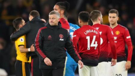 Manajer Manchester United, Ole Gunnar Solskjaer, punya permintaan khusus pada Aaron Wan-Bissaka dan Luke Shaw jelang laga kontra Newcastle United. - INDOSPORT