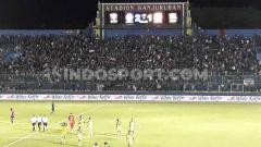 Indosport - Sebagian Aremania membentangkan Bendera Merah Putih di Stadion Kanjuruhan