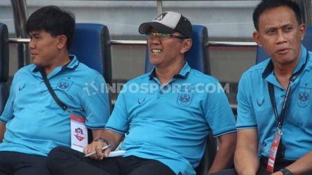 Pelatih PSIS Semarang, Bambang Nurdiansyah (tengah). - INDOSPORT