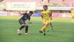 Indosport - Laga pertandingan antara Bhayangkara FC vs PSIS Semarang.