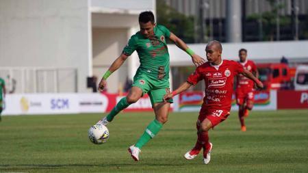 Duel pemain Persija Jakarta, Riko Simanjuntak dengan pemain Kalteng Putra di Liga 1 2019, Selasa (20/08/19). - INDOSPORT
