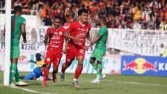Indosport - Selebrasi pemain Persija Jakarta, Heri Susanto dan Ramdani usai mencetak gol ke gawang Kalteng Putra di Liga 1 2019, Selasa (20/08/19).