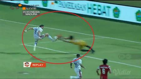 Kiper Madura United, M Ridho yang mendapat tendangan dari Spasojevic - INDOSPORT