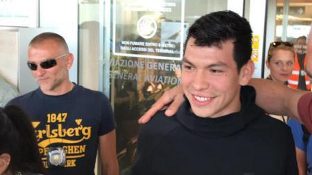 Hirving Lozano telah tiba di Italia dan akan menjalani tes medis bersama Napoli - INDOSPORT