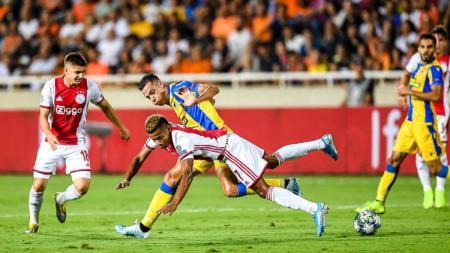 Pemain Ajax, David Neres saat berusaha menahan bola dari pemain APOEL - INDOSPORT